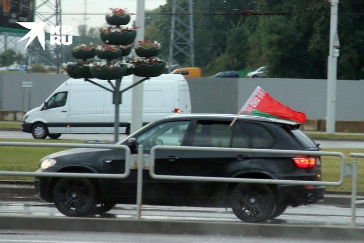 В Минске появились машины с государственными флагами