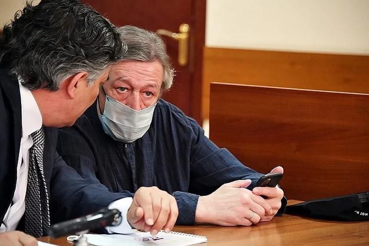 Михаил Ефремов с адвокатом Эльманов Пашаевым в зале суда