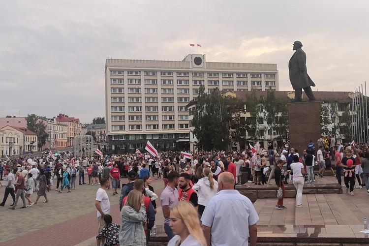 Участники митинга расходятся мирно и тихо, оставив после себя чистую площадь.