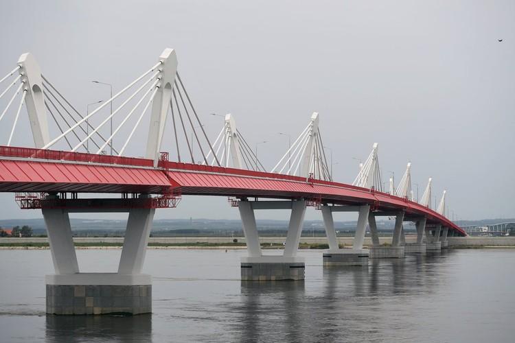 Движения по мосту пока нет, границы двух стран закрыты.