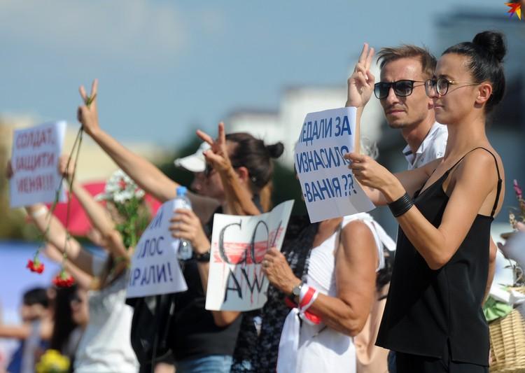 В цепочке солидарности стояли в этот день не только женщины.