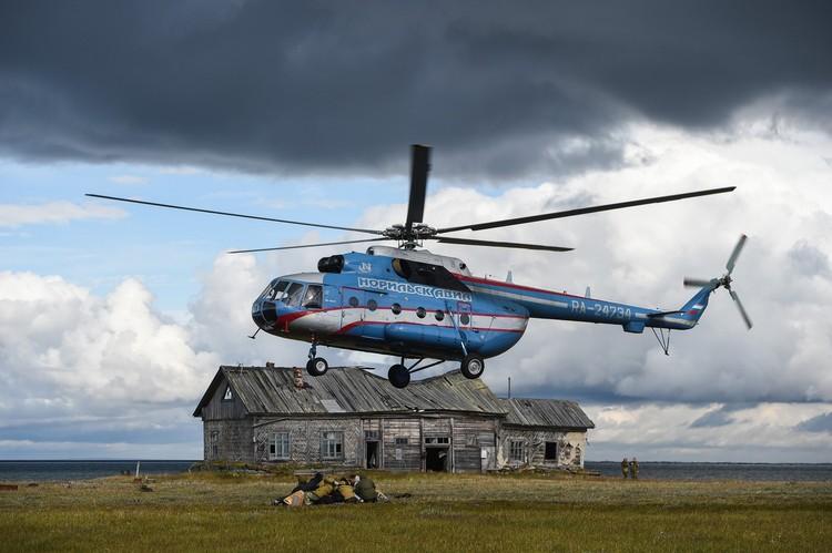 """Сгрузили вещи из вертолета - нужно лечь на них, чтобы потоком воздуха от лопастей не разметало. Фото предоставлено компанией """"Норникель"""""""