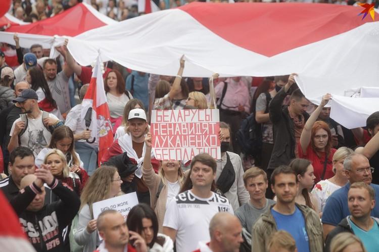По словам главы МВД Юрия Караева, основные протестующие финансируются из-за рубежа. Парням платят 30 рублей, девушкам — 60