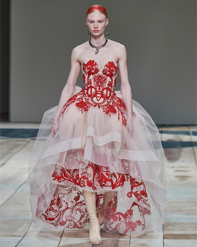 Примеры в свежих коллекциях мировых брендов - платье от Alexander McQueen.