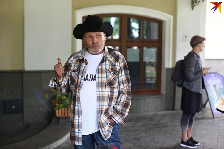 Музыкант Юрий Хиловец пришел в футболке «Я/МЫ КУПАЛОВЦЫ»