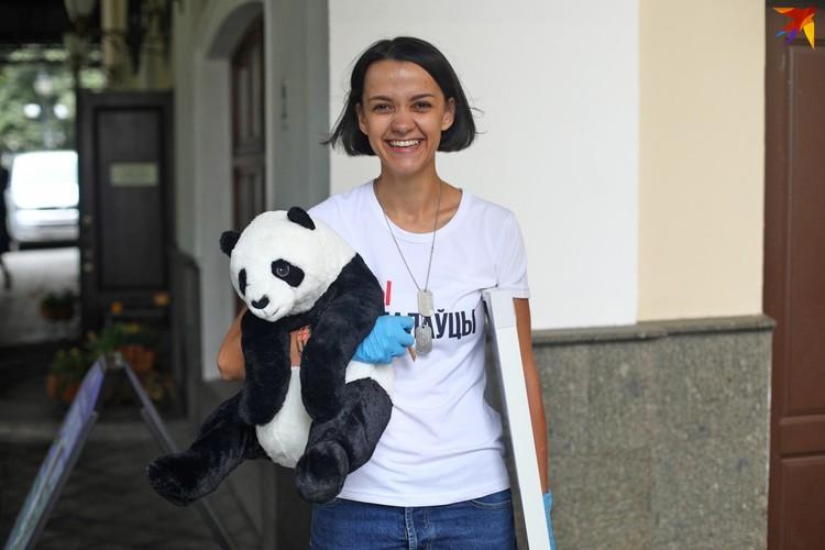 Кристина Дробыш выносила свои вещи из театра в несколько заходов: пакеты, чемодан на колесах, вазон с цветком и плюшевая панда