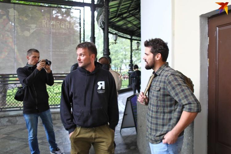 Справа - Павел Остроух, слева - Роман Подоляко. Оба актера сегодня забрали вещи из театра