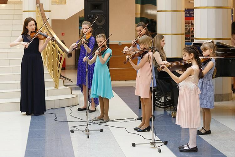 На музыкальном отделении обучают игре на фортепиано, скрипке, гитаре, ударных инструментах, флейте, саксофоне. Фото: ДШИ №15