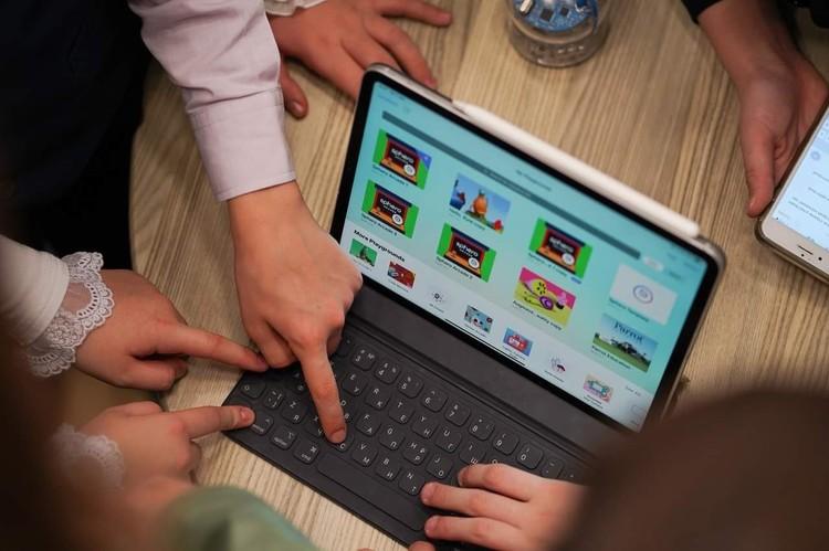 Сейчас гаджеты позволяют сделать учебу фантастически увлекательной. Фото: фотобанк Apple