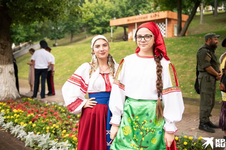 Девушки были в народных костюмах