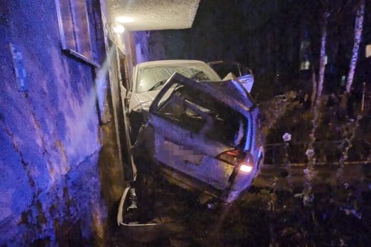 Обе машины влетели в жилой дом. Фото: очевидец Илья