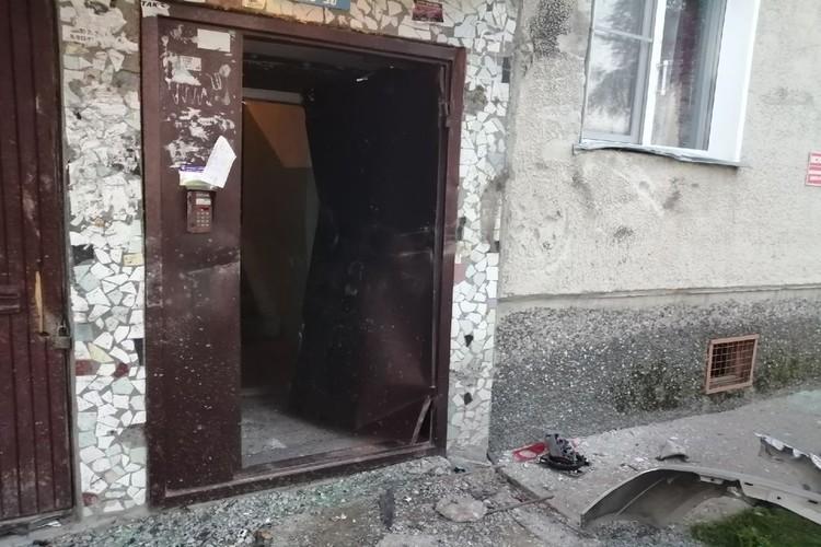 Дверь в подъезд деформирована. Фото: владелец машины Сергей