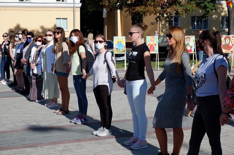 Девушки стояли молча, но их все равно предупреждали о несанкционированной акции