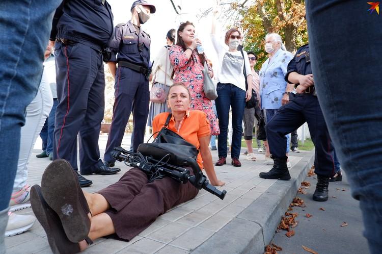 Журналистка села на землю, чтобы ее не задержали