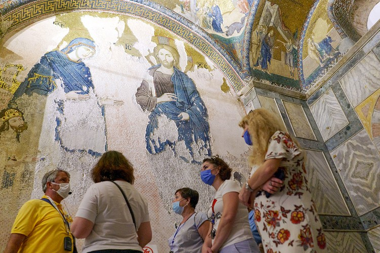 На монастырских стенах - уникальные византийские фрески, золотые мозаики, которые по своей ценности и красоте сравнимы с убранством Святой Софии