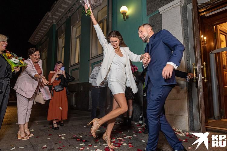 … но пара нашла выход – пожениться ночью в субботу. Фото: Михаил Фролов.