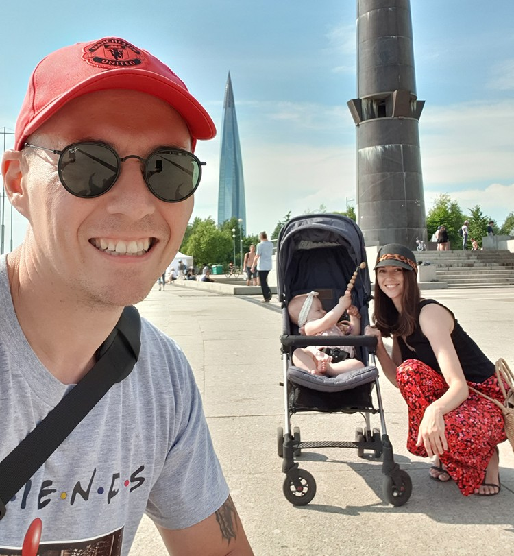 Дмитрий и Татьяна воспитывают дочку Сашеньку.