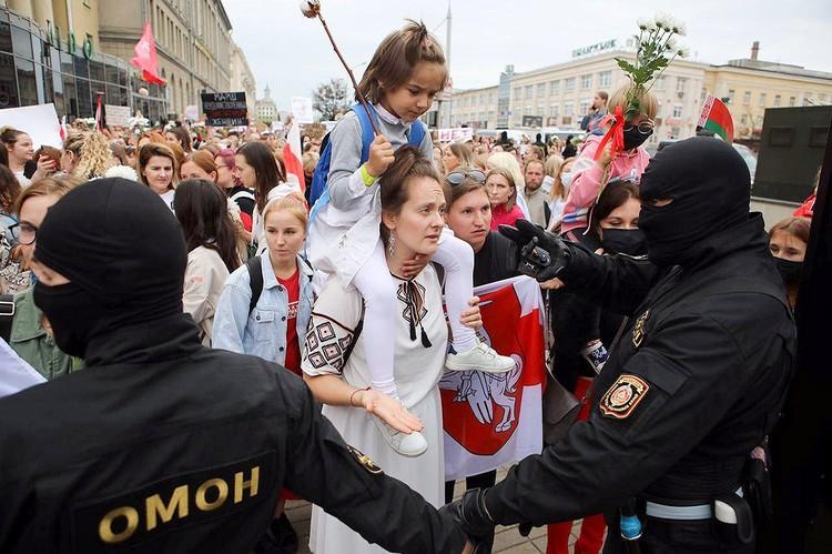 Женщина пытается пройти за оцепление в центре Минска, август 2020 года.