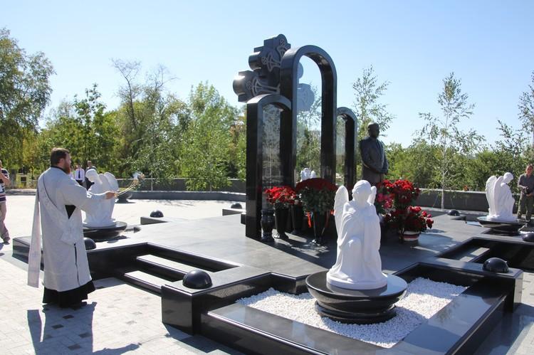 На кладбище «Донецкое море» прошел траурный митинг по случаю второй годовщины со дня гибели Александра Захарченко