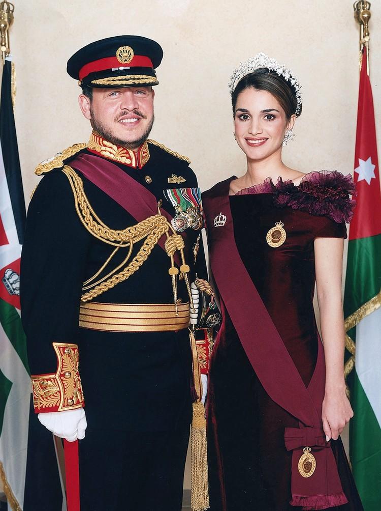 Возможно, 23-летняя Рания и дальше бы занималась исключительно карьерой, если бы не судьбоносная встреча с 31-летним принцем Абдаллой