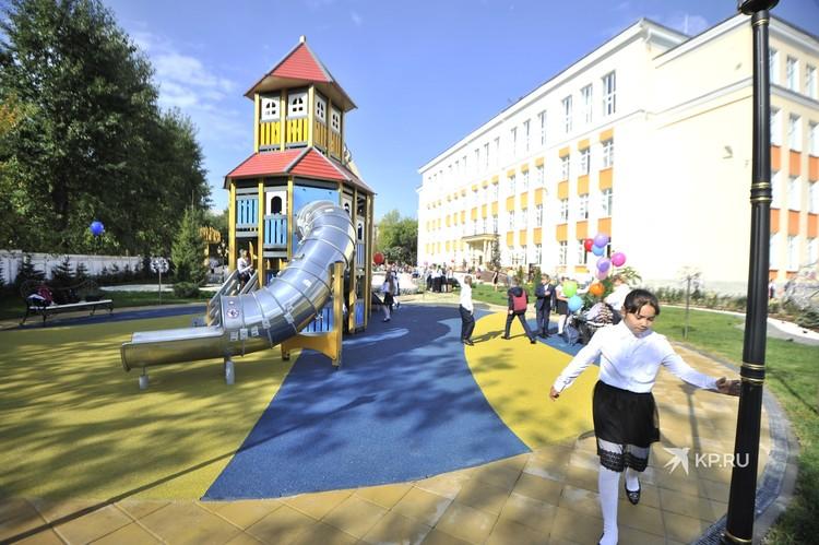 Детскую площадку уже облюбовали дети.