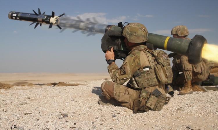 """Залп американского переносного противотанкового ракетного комплекса """"Джавелин""""."""