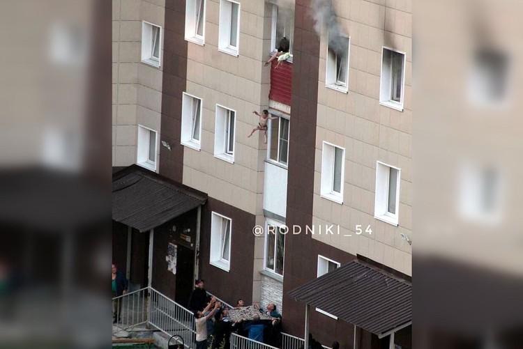Малышей сбросили на простынь, взрослые же спустились по веревке. Фото: rodniki_54
