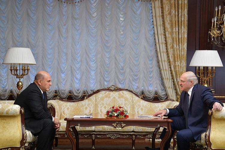 Прямиком из аэропорта Мишустин поехал в Дворец независимости — резиденцию президента Белоруссии Александра Лукашенко.