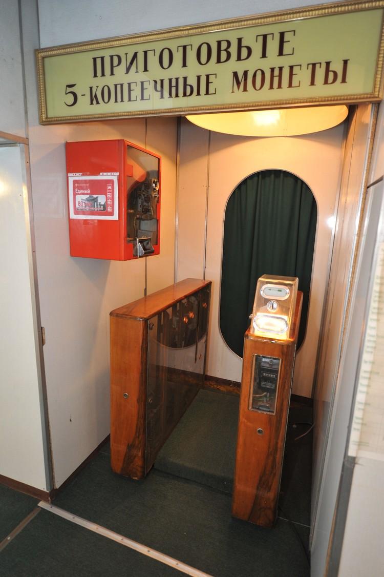 Исторический турникет в народном музее Московского метрополитена.