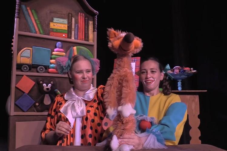 Поиграйка и Смешинка точно знают: надо вместе начать новую игру с новыми игрушками. Фото: Театр кукол «Сказ»