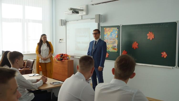 Дмитрий Бородич и Евгения Гунченко поздравили старшеклассников с началом учебного года.