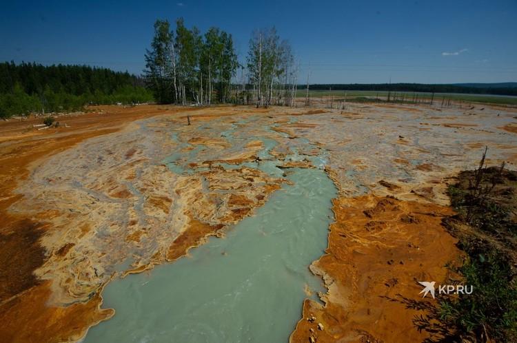 Шахтная вода выносит на поверхность металлы, которые оседают на отмели и придают ей ржавый цвет.