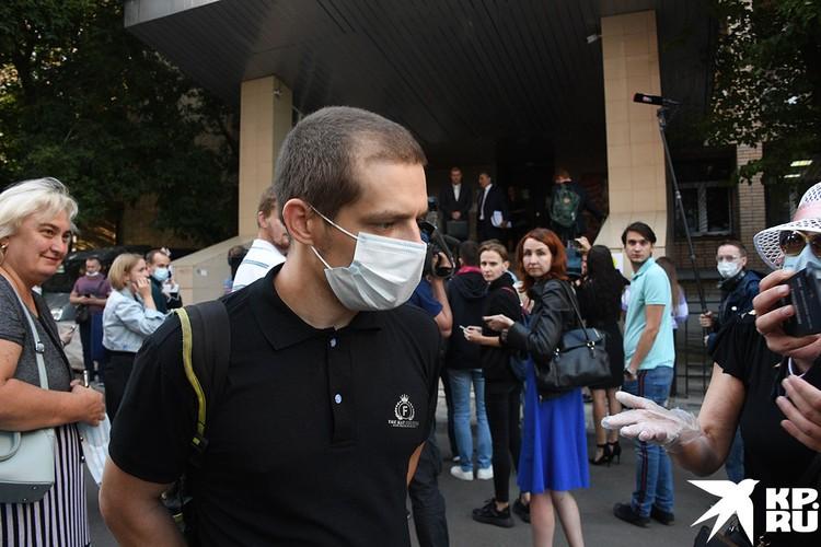Сын погибшего Сергея Захарова Виталий у здания Пресненского суда города Москвы