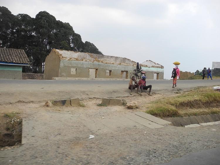 Как мне объяснили, многие дома разрушены из-за тропических ливней. Тогда государство помогает людям построить новый дом