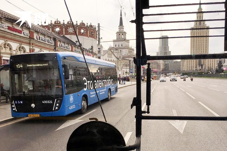 Новенький электробус из окна троллейбуса