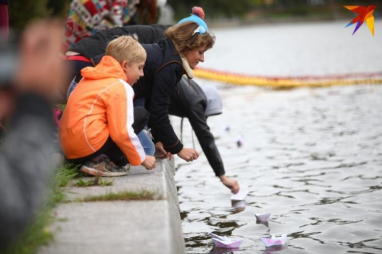 Девушки пустили на воду бумажные кораблики и венки.