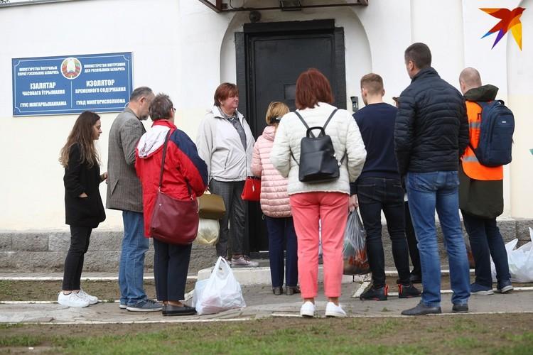 Родные сотрудников ОСВОД несколько дней дежурят на Окрестина.