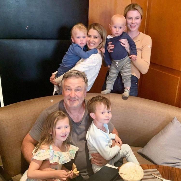 """Алек Болдуин - многодетный отец. Старшая дочь актера родилась в его браке со звездой """"Девяти с половиной недель"""" Ким Бейсингер. Фото: Инстаграм."""