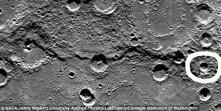 """Энтузиасты считают, что """"прямоугольник"""" может быть и проходом, ведущим внутрь, и монолитом, возвышающимся на 3 километра. В NASA по этому поводу хранят молчание."""