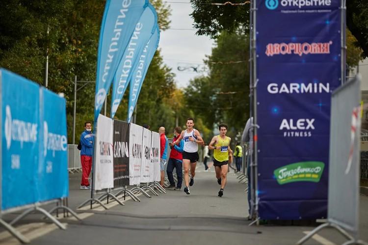 Спортсмены бежали несколько дистанций на выбор – 3 км, 10 км, полумарафон в 21 км или марафонскую дистанцию 42.2 км.