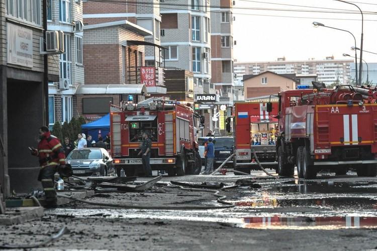 Пожарные продолжают работать на месте.