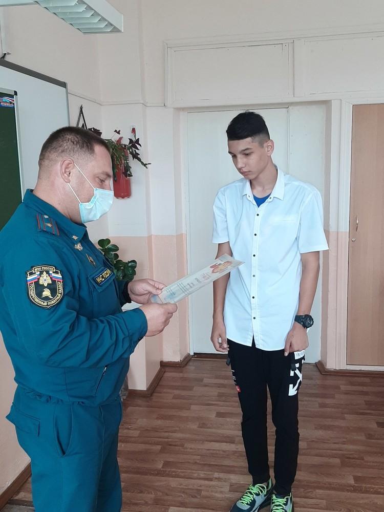 Сергей выбил дверь в соседскую квартиру, объятую огнем, и спас женщину.