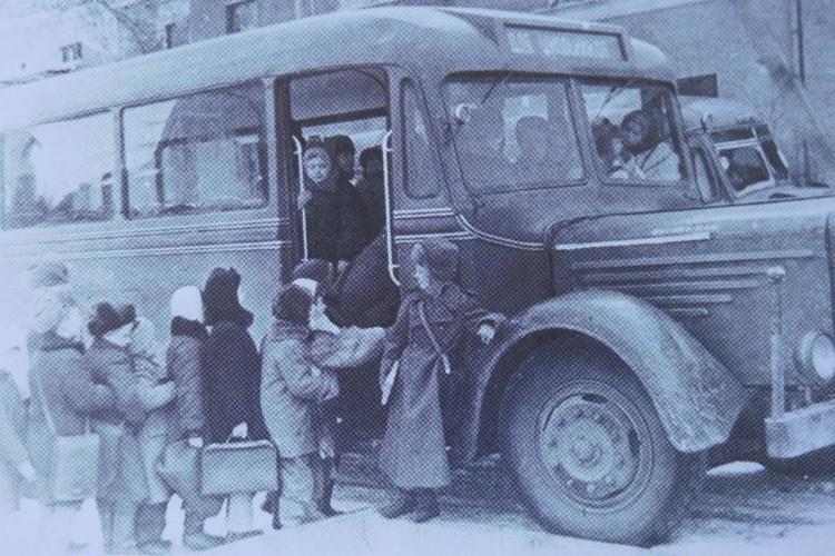 Ребят, живущих далеко, развозил школьный автобус – общественного транспорта в городе еще не было.