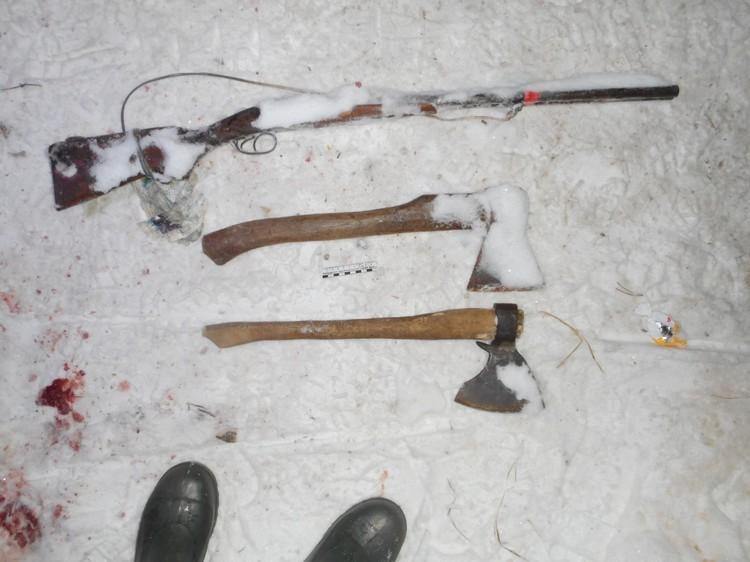Ружье и топоры, которые использовал злоумышленник, пытаясь убить инспекторов. Фото: СУ СКР по Свердловской области