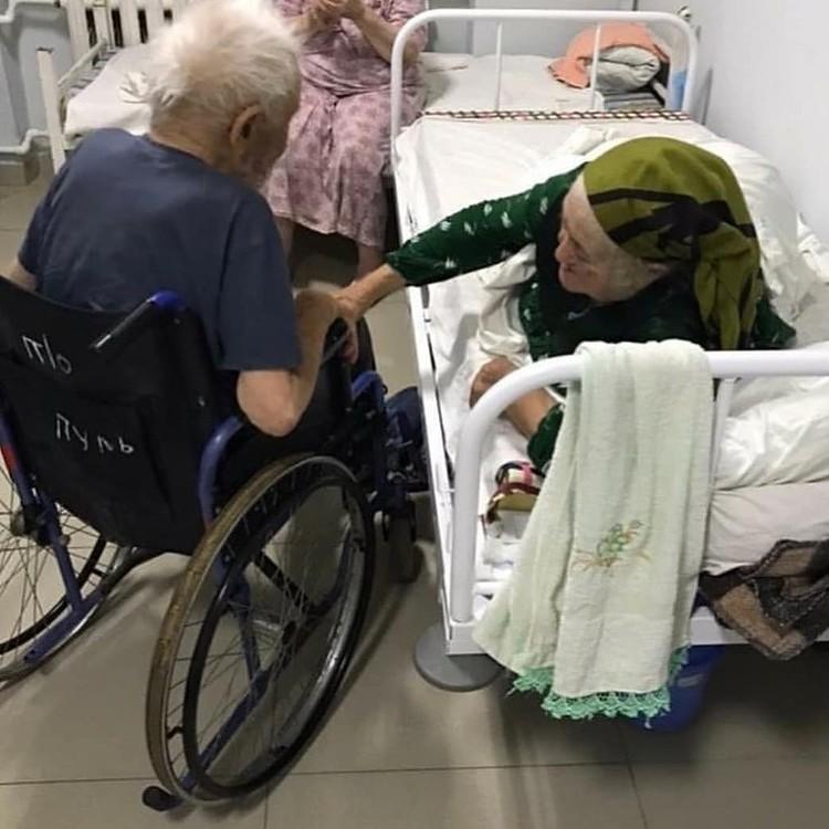 Вот так пожилой мужчина навещал любимую