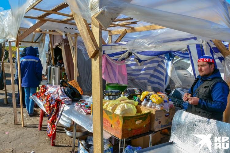 В лагере есть свой рынок.