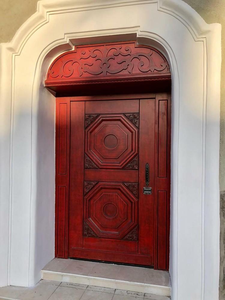 Вот такие изящные двери ставят в отремонтированных домах.