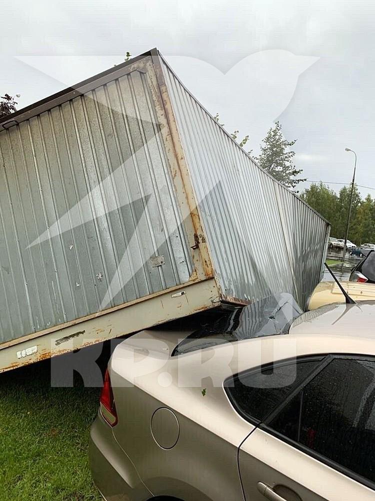 Ветер оторвал от земли металлический контейнер и повредил им три автомобиля