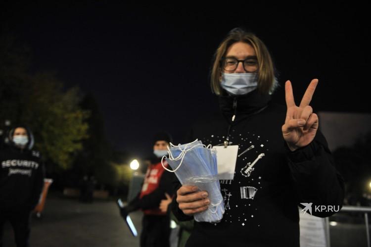 Волонтеры раздавали на входе маски.