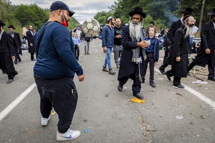 Каждый год десятки тысяч евреев-хасидов приезжают на еврейский Новый год в украинский город Умань на могилу своего духовного вождя ребе Нахмана из Брацлава, где веселятся и радуются, согласно его воле. Фото: EPA/STR/ТАСС